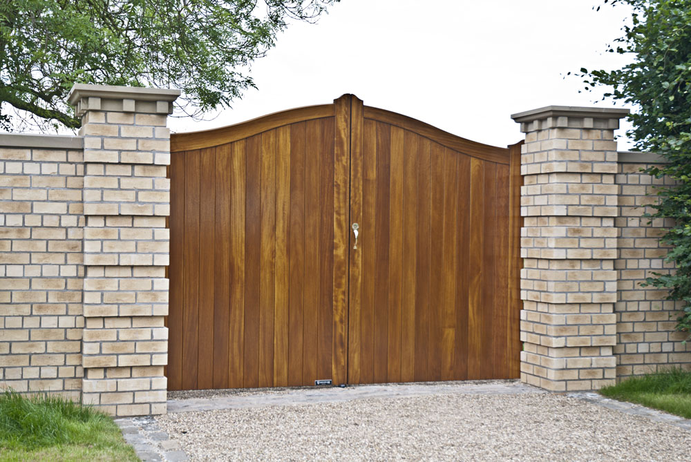 raywell-front-timber-gates2