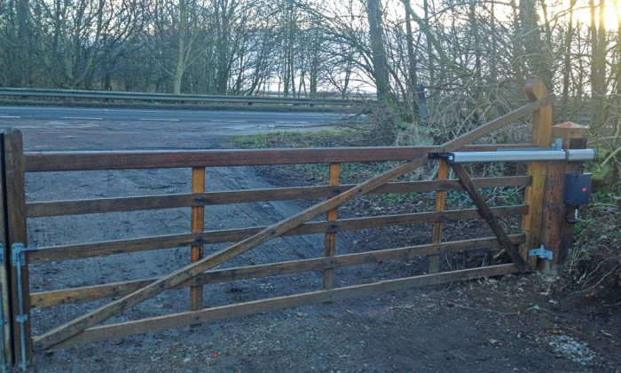 Electric 5 bar farm gate
