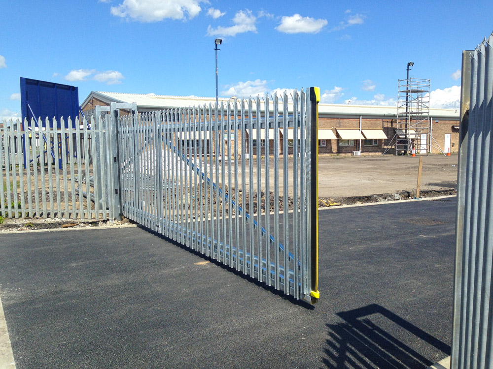 Commercial gate hull palisade cantilever sliding