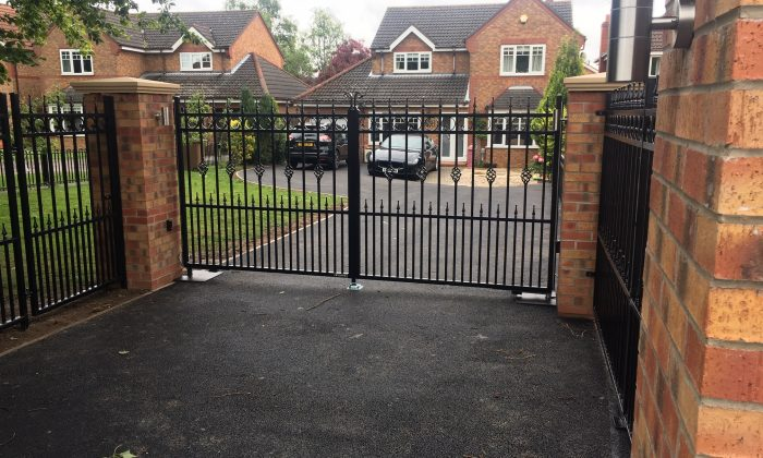 Straight top steel gate